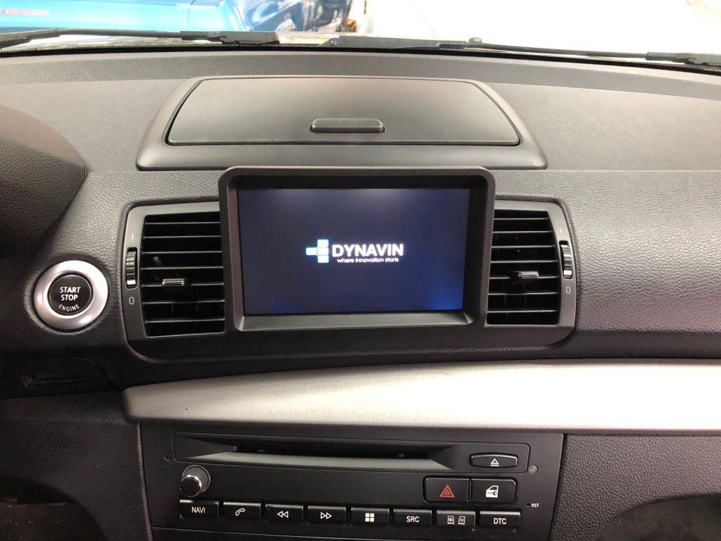 BMW_1er_E87_Navigationssystem_nachrüstung_Dynavin_perfeckt_integriert_wie_original_ab_Werk_Alpine_aktivsubwoofer_Carplay_androidauto-1